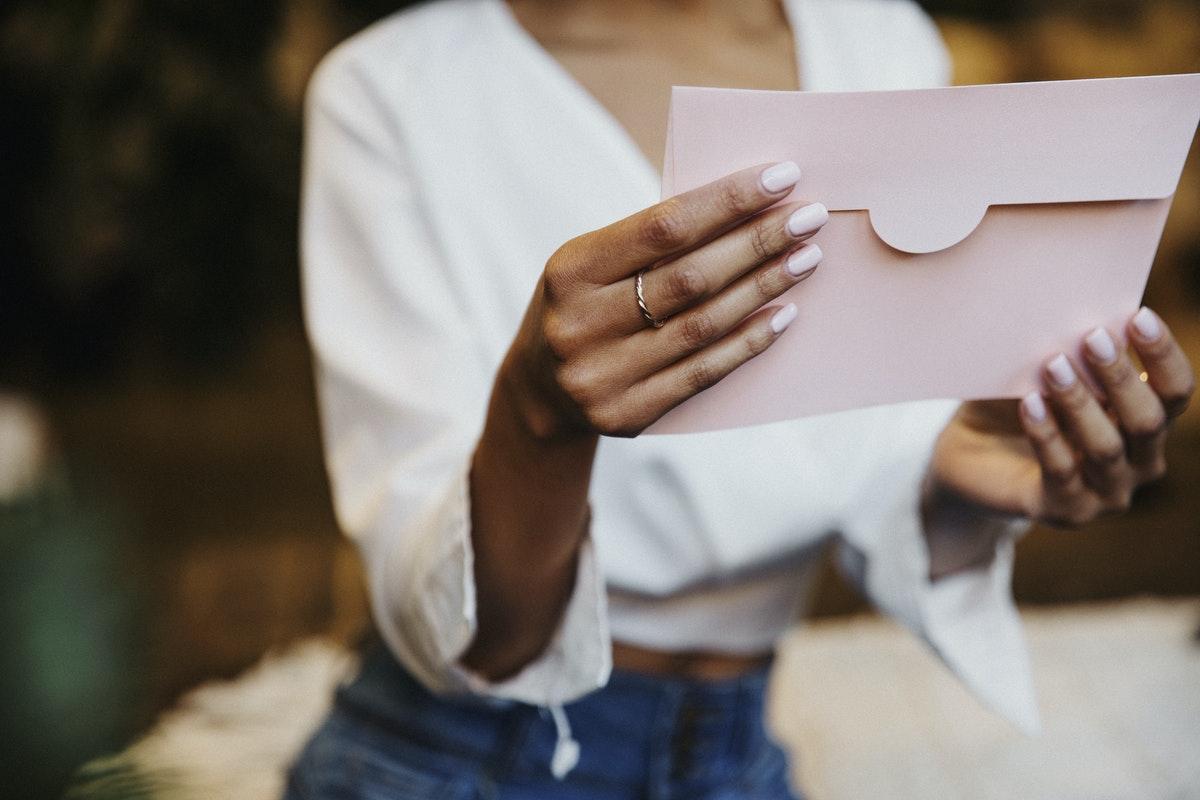 Uma mulher segurando uma carta.