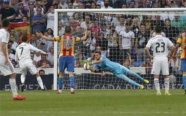 http://estaticos.sport.es/resources/jpg/3/3/diego-alves-paro-penalti-cristiano-ronaldo-1431205684533.jpg