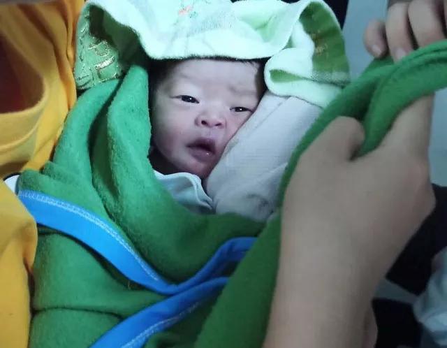 TP.HCM: Một bé sơ sinh bị bỏ rơi trên ghế đá - Ảnh 2