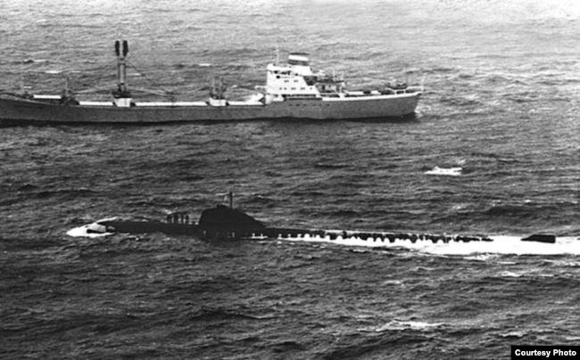 """Субмарина К-8 и сухогруз """"Комсомолец Литвы"""" в Бискайском заливе, 11 апреля 1970 года. Была сделана неудачная попытка сухогрузом взять лодку на буксир. Это последняя фотография К-8, на следующее утро она затонула в Бискайском заливе. Снимок сделан американским разведывательным самолетом"""