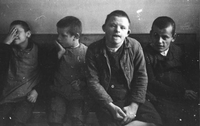 Дети с синдромом Дауна в одной из психиатрических больниц гитлеровской Германии в 1934 году. Многие люди с аналогичным диагнозом были умерщвлены в рамках нацистской программы «Т-4». Фото: German Federal Archives / Wikimedia Commons