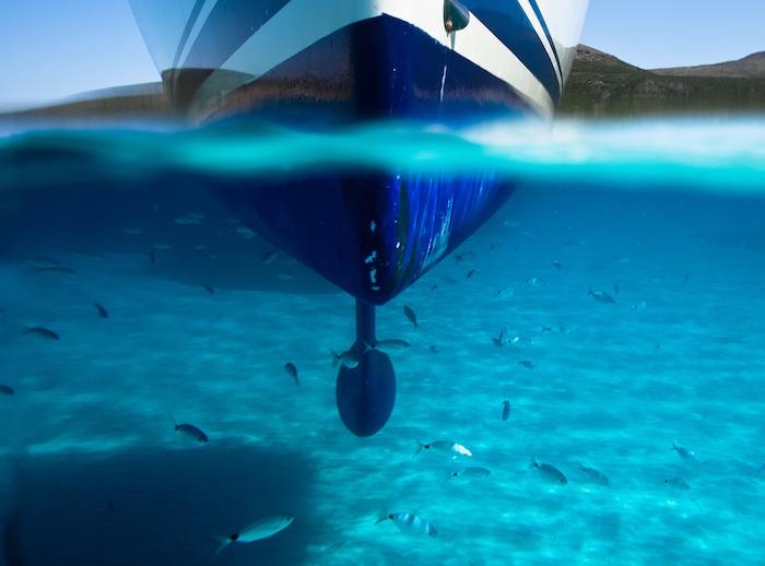 Quille et coque d'un bateau à voile immergé dans l'eau