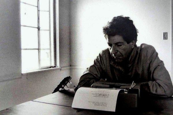 Leonard Cohen escribiendo en la máquina de escribir