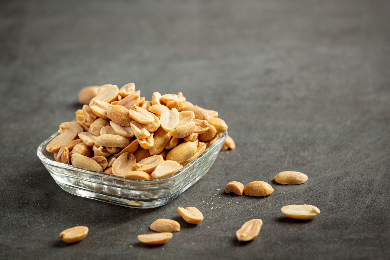 Imagem de uma porção de amendoim para comer depois de aprender como gelar cerveja rápido