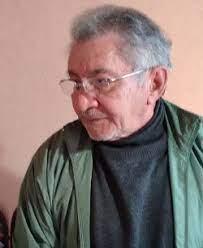 Un hombre con lentes y camisa verde  Descripción generada automáticamente con confianza media
