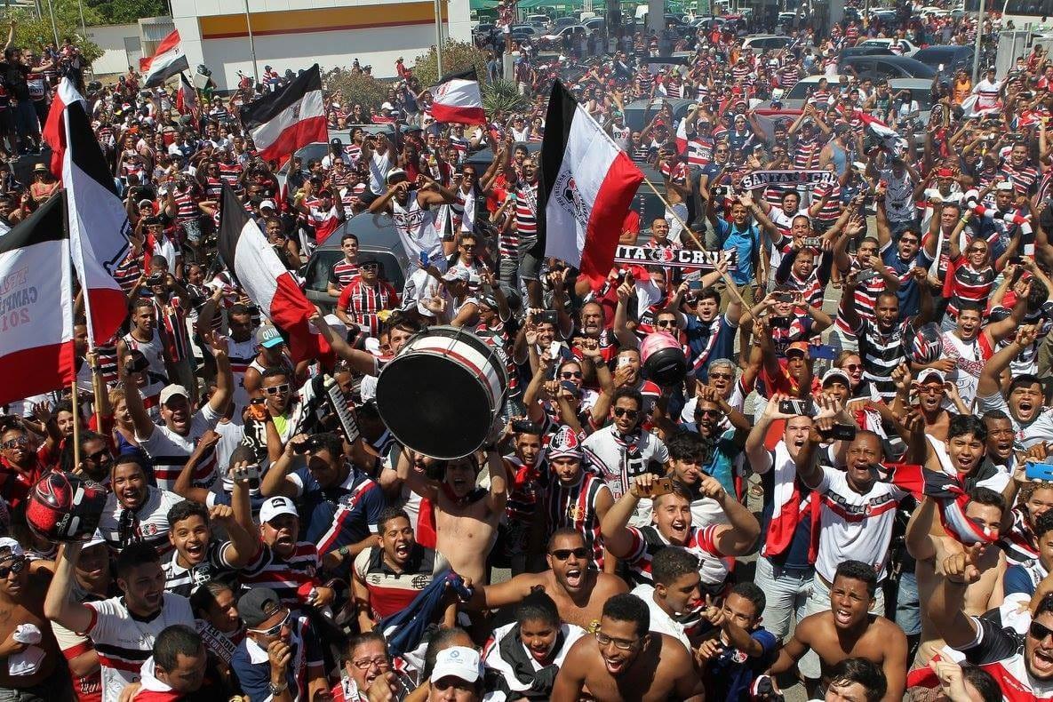 A imagem pode conter: 21 pessoas, pessoas sorrindo, multidão