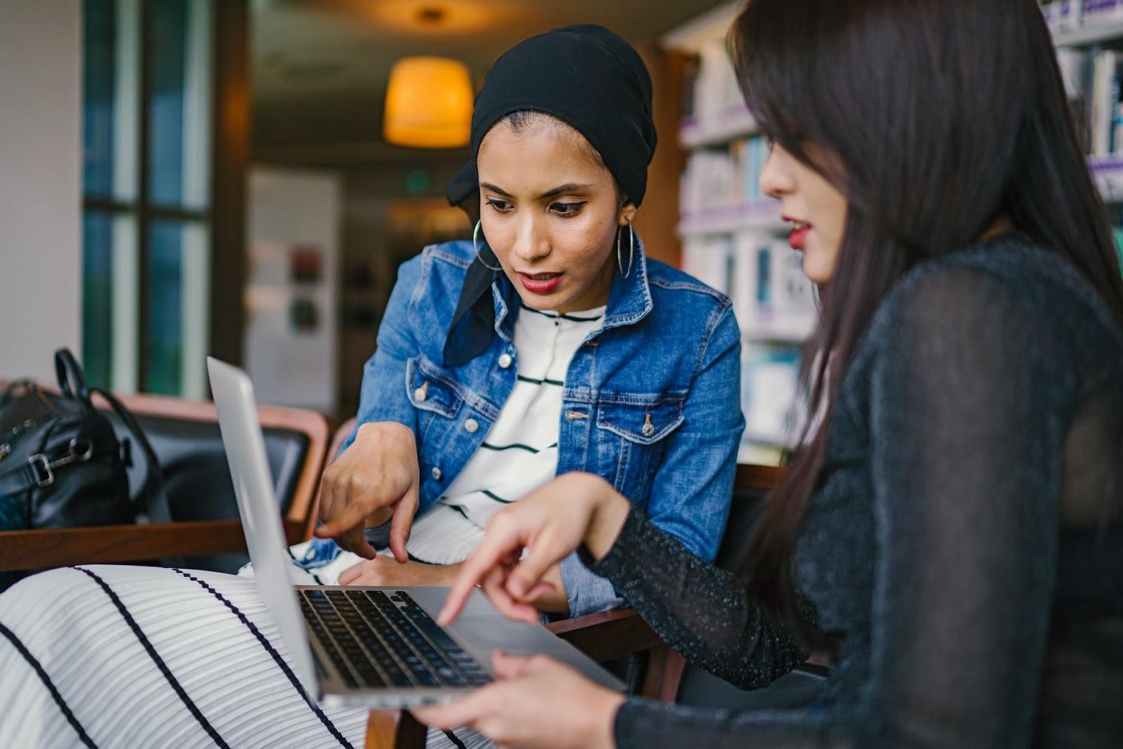 profissionais trabalhando juntos e interpretando informações