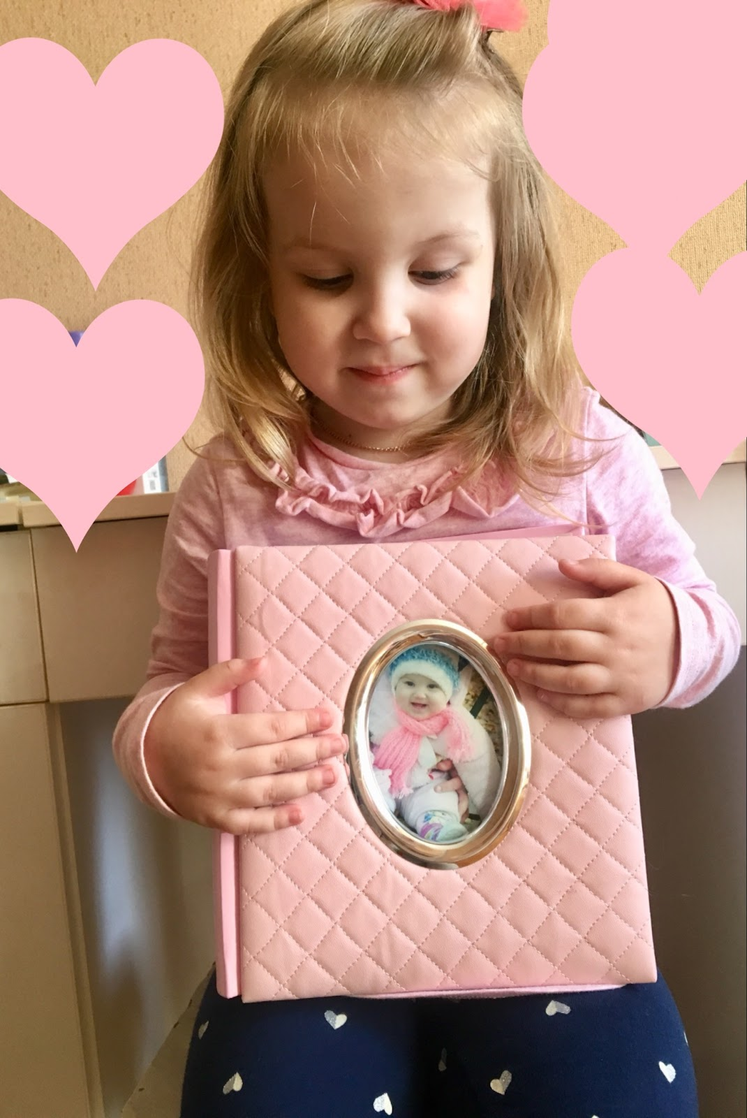 Маленькая хозяйка красивого фотоальбома