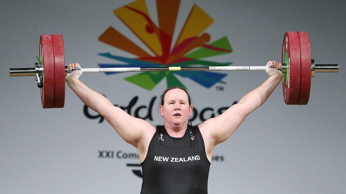 Vận động viên cử tạ chuyển giới người New Zealand Hubbard đã trở thành thành viên của đội tuyển nữ quốc gia của đất nước, nhưng cô ấy đã gây ra rất nhiều chỉ trích