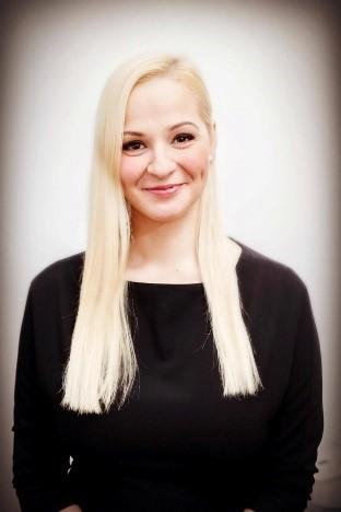 A person with blonde hairDescription automatically generated with low confidence