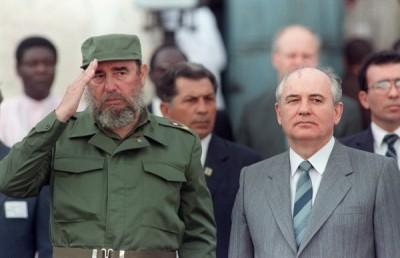 古巴強人卡斯楚(左)逝世;前蘇聯領導人戈巴契夫(右)公開悼念卡斯楚,表示卡斯楚是「卓越的政治人物」,值得世人緬懷。(法新社)