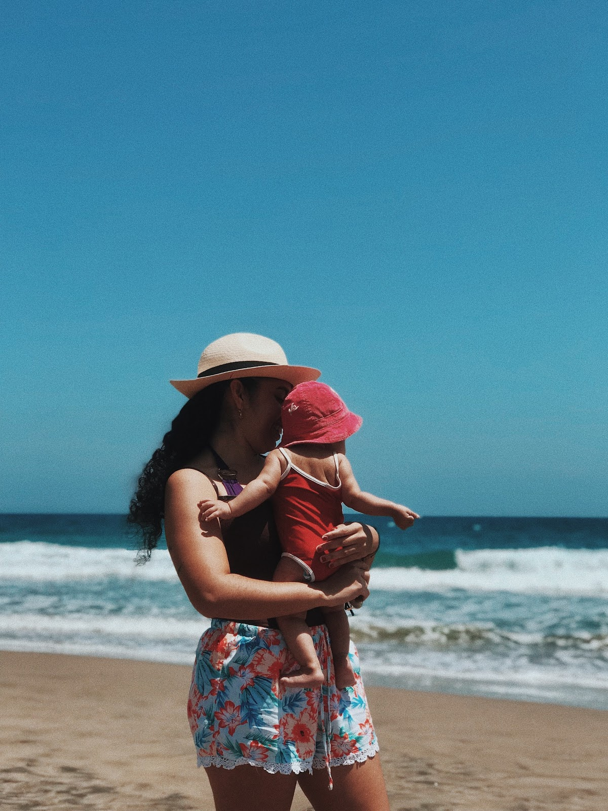 matka z dzieckiem na plaży - jak chronić maluszka przed słońcem