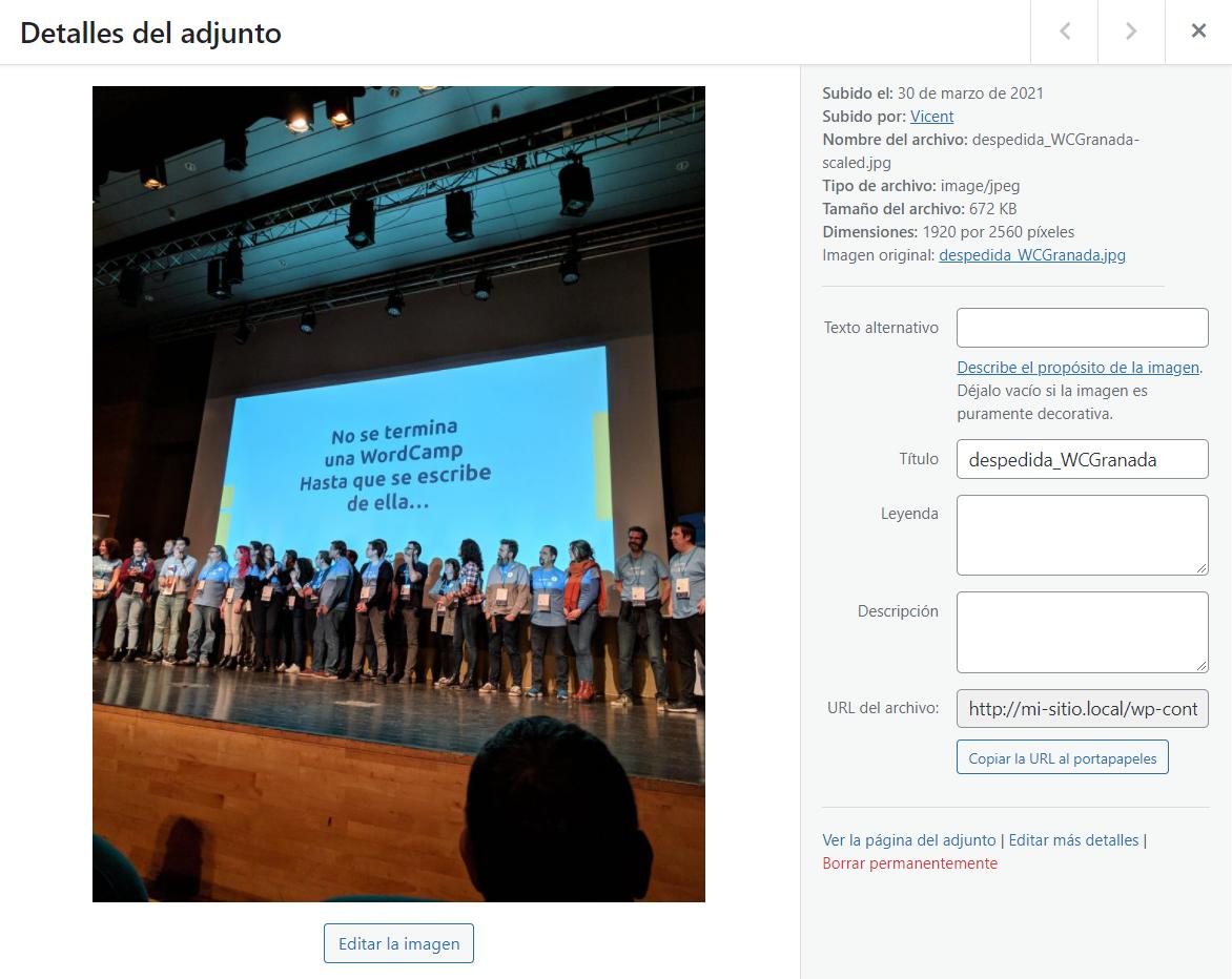 """Ventana """"Detalles del adjunto"""" en la que añadir información a una imagen de la biblioteca de medios de WordPress."""
