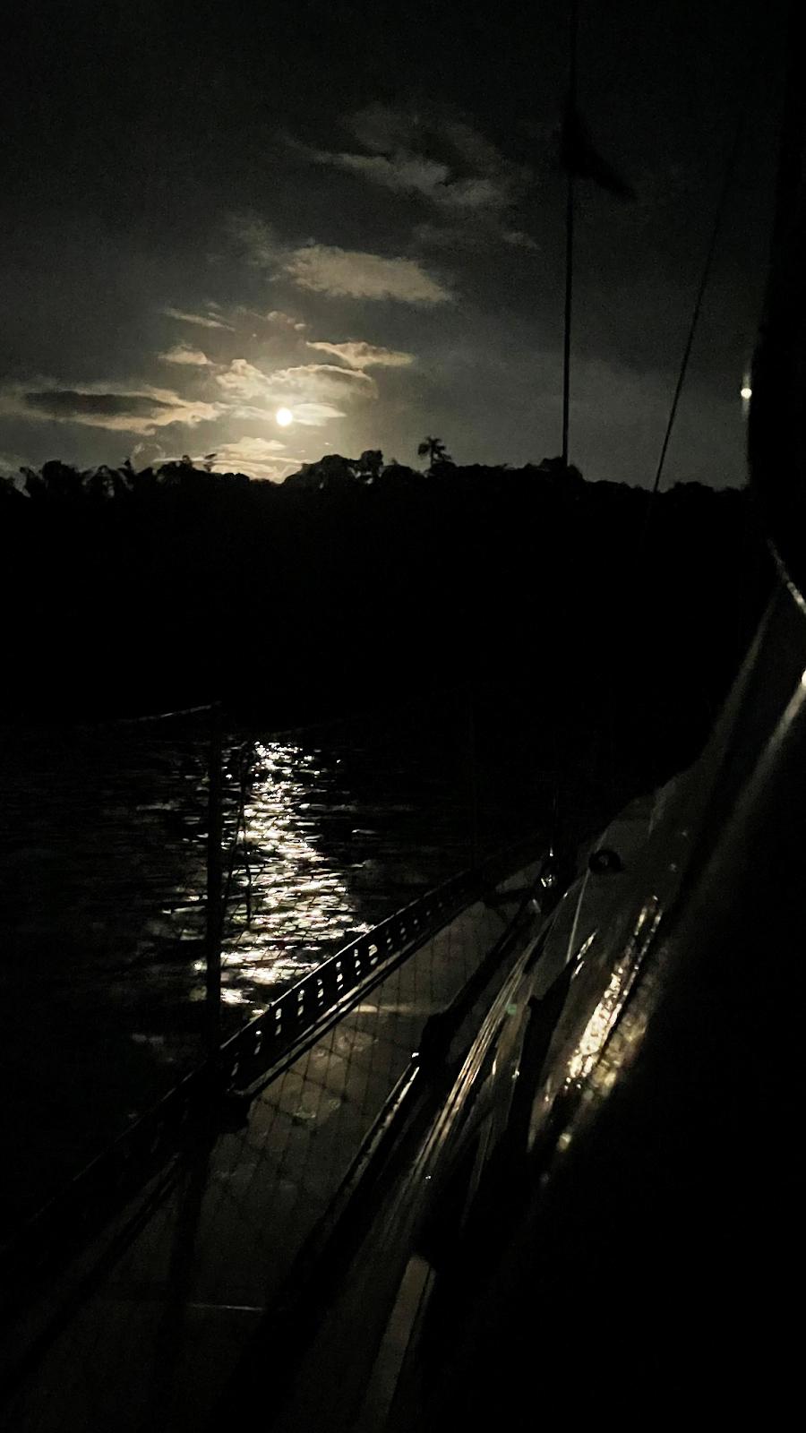 Foto do luar tirada durante uma das noites no veleiro.