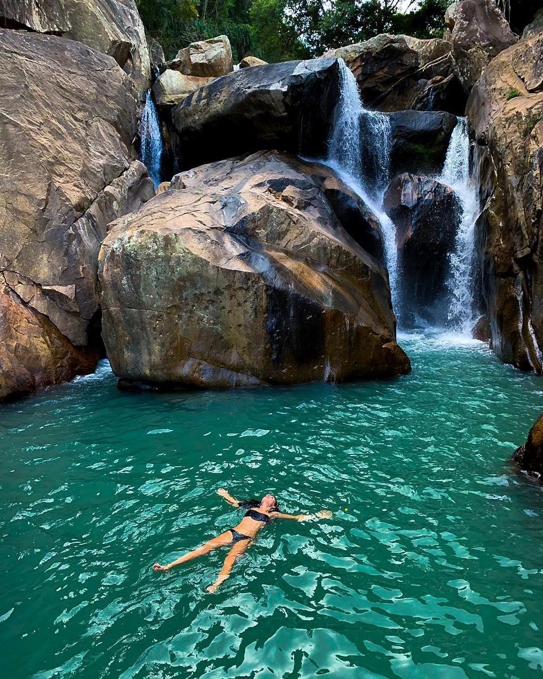 Ngâm mình trong làn nước trong xanh để xua đi cái nắng gay gắt của những ngày hè rực lửa