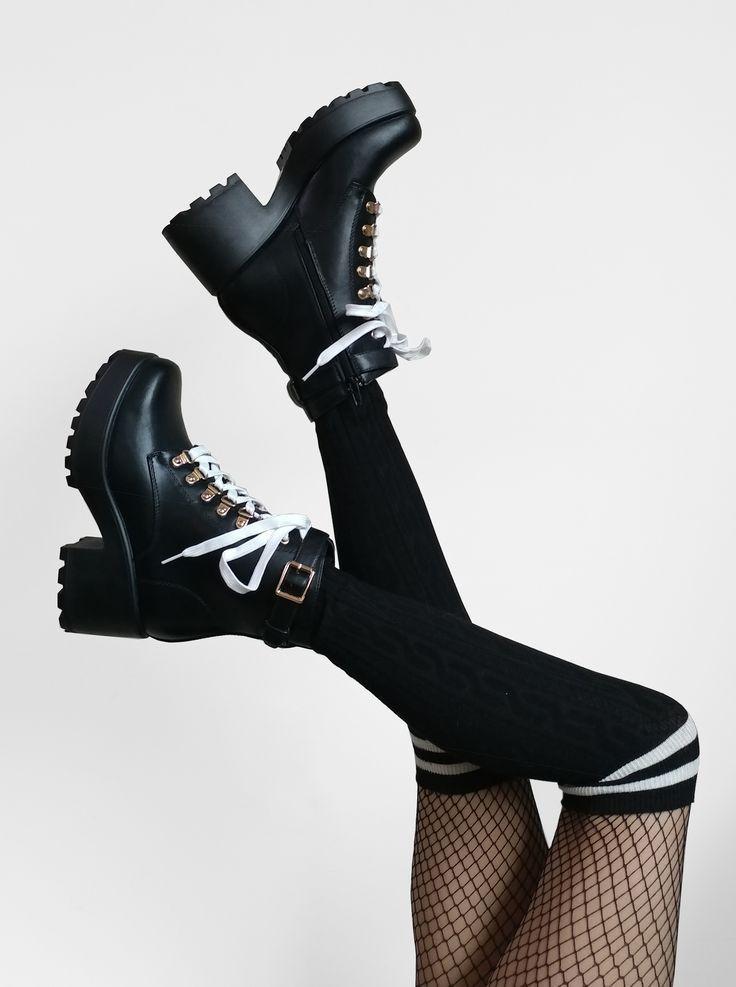 @Raeyel on Instagram! Full outfit details on Raeyel.com! Grunge Koi Footwear Collaboration ~ Ithil Biker Boots Стиль Гранж, Девушка В Стиле Грандж, Готичный Стиль, Сапоги На Каблуке, Полусапожки, Обувь На Каблуках, Оригинальные Наряды, Милые Наряды, Сумасшедшая Обувь