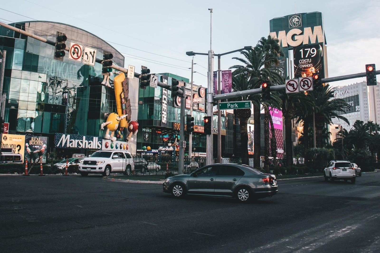 Dezenas de pedestres morrem, todos os anos, por acidentes nas ruas de Las Vegas (Fonte: Zachary DeBottis/Pexels)