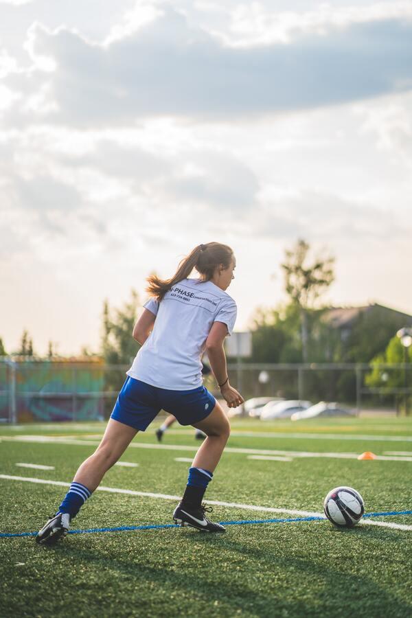 Foto tirada de uma mulher jogando futebol