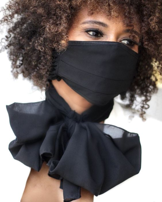 1. หน้ากากสีดำบนใบหน้า