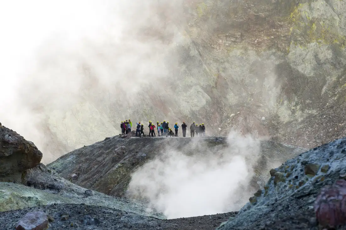 Volcán neozelandés erupciona y desaparecen 8 personas