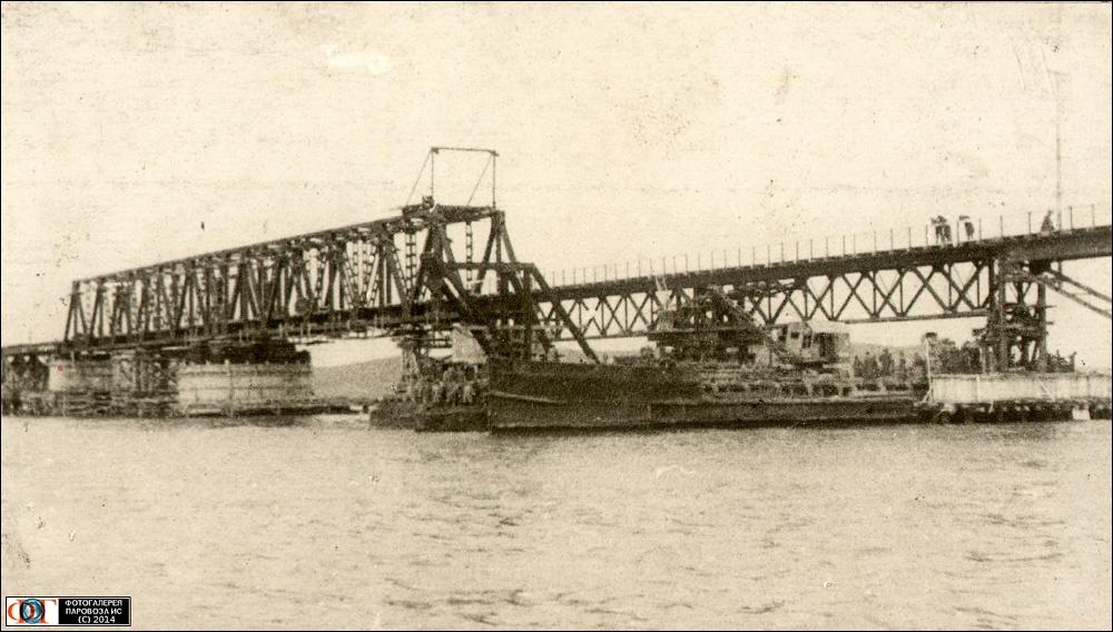 Мост через Керченский пролив имел две разводные конструкции для малых (на фото) и больших судов / DR