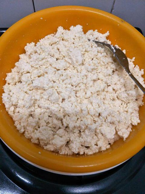 A bowl of rice on a plateDescription automatically generated