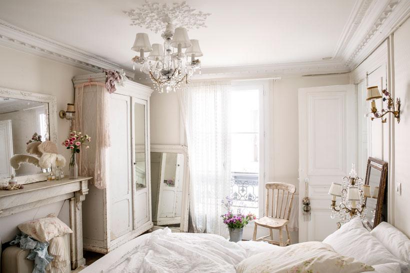 Kamar tidur bertema shabby chic yang didesain oleh Rachel Ashwell - source: romantichomes.com