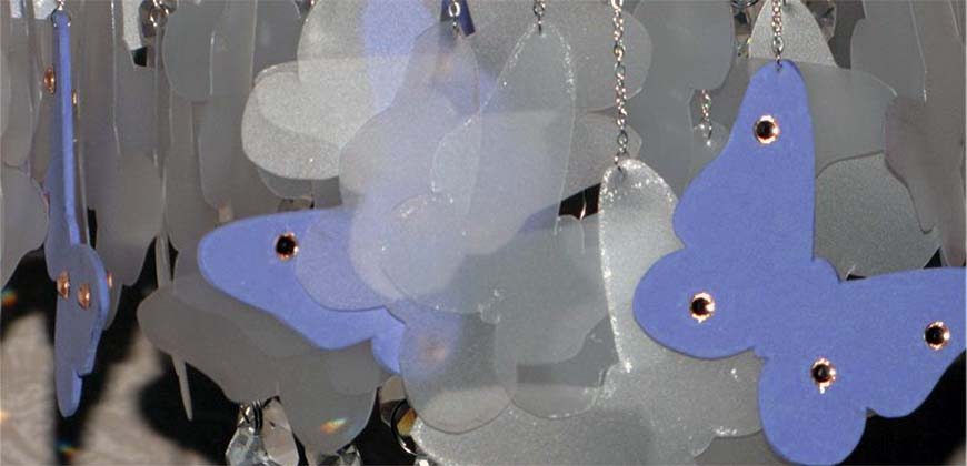 Люстра с каскадом бумажных бабочек