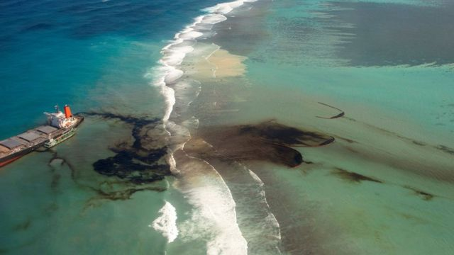 Японский танкер сел на мель у острова Маврикий