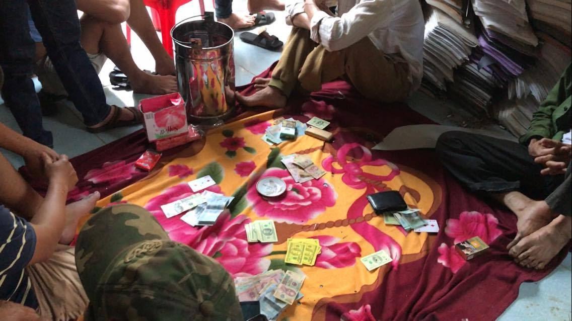 Bắt quả tang các đối tượng đánh bạc