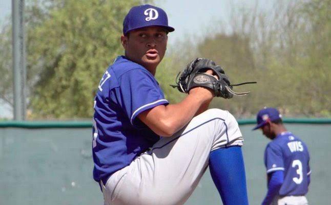 Un jugador de béisbol con un guante en la mano  Descripción generada automáticamente