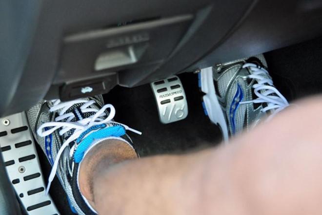 Xe phát ra tiếng kêu khi đạp côn có thể do vòng bị ngắt ly hợp gặp sự cố