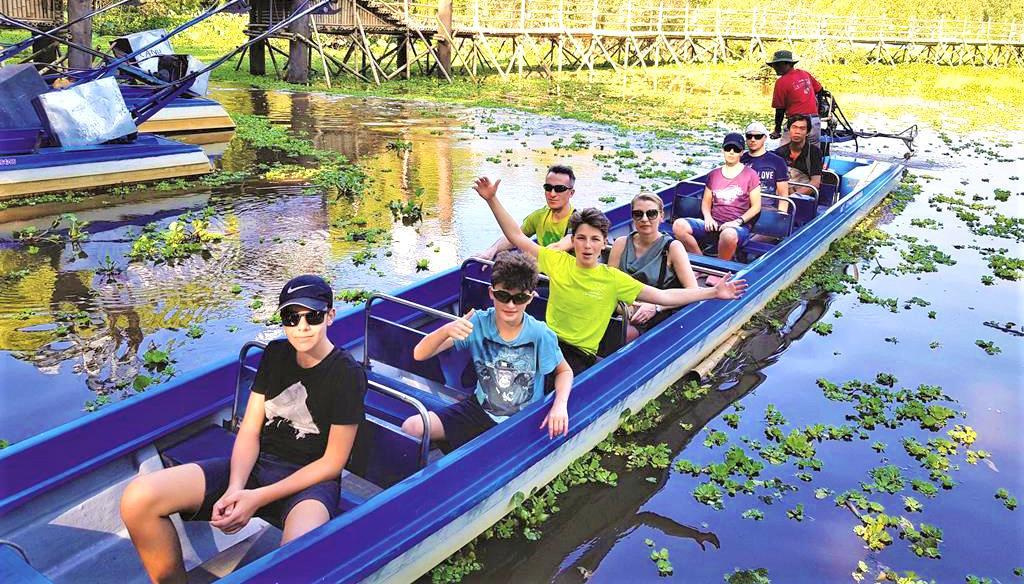 2. Du khách quốc tế thích phiêu lưu Trà Sư trong những ngày hè.