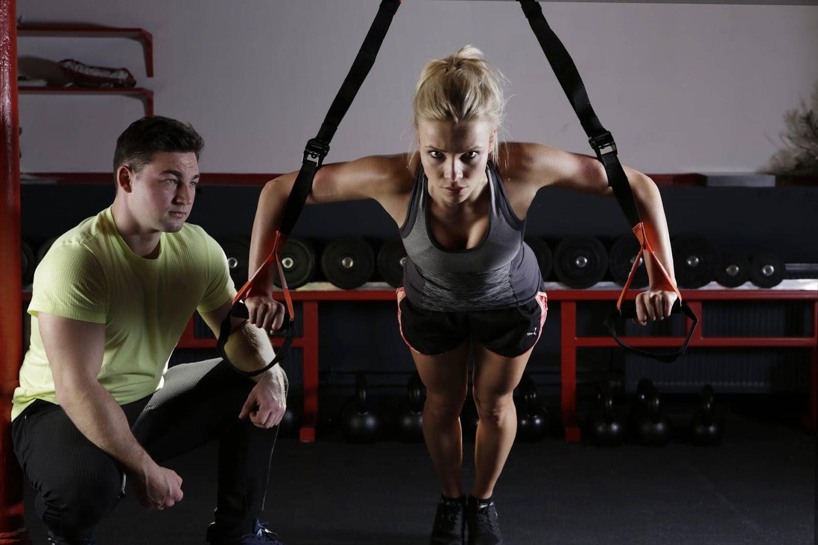 personal-trainer-che-allena-donna