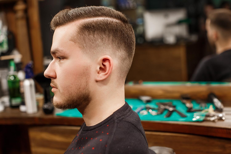 Кроме классических вариантов мужских стрижек на короткие волосы бокс и полубокс, стоит обратить внимание на более неординарные стрижки.