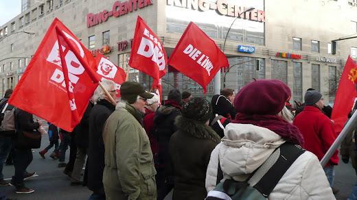 Demonstranten am Frankfurter Tor.