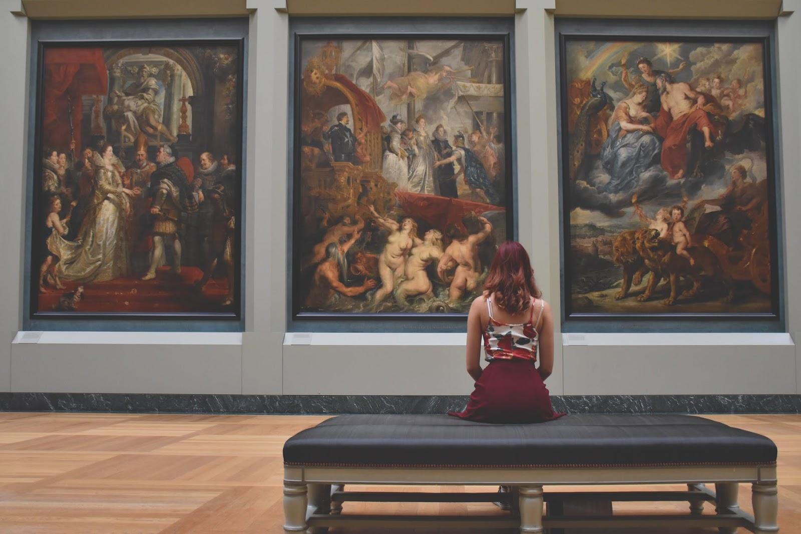 curate art museum