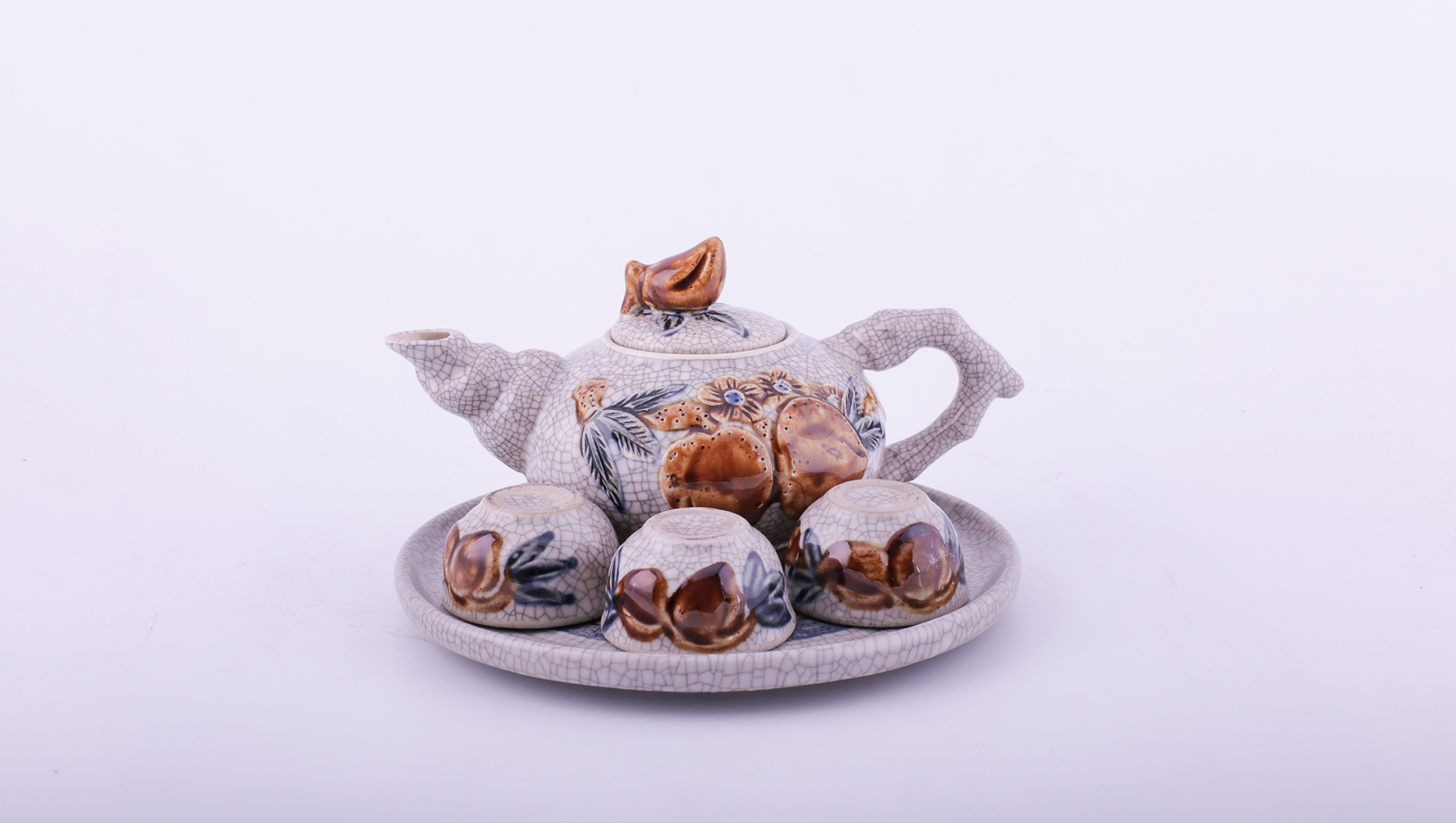An intricately designed altar tea set from Bat Trang. Photo credit: xuonggombattrang.vn