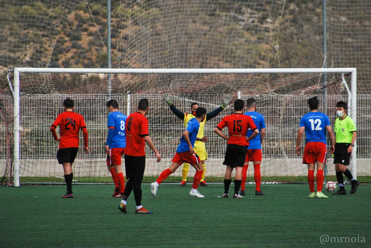 Grupo de personas jugando fútbolDescripción generada automáticamente