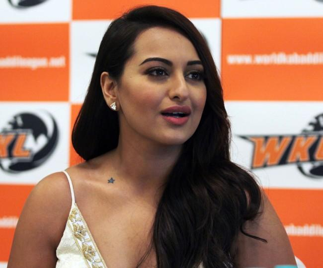 http://picscelb.files.wordpress.com/2014/07/sonakshi-sinha-launches-united-singhs-kabbadi-team-photos-picture.jpg
