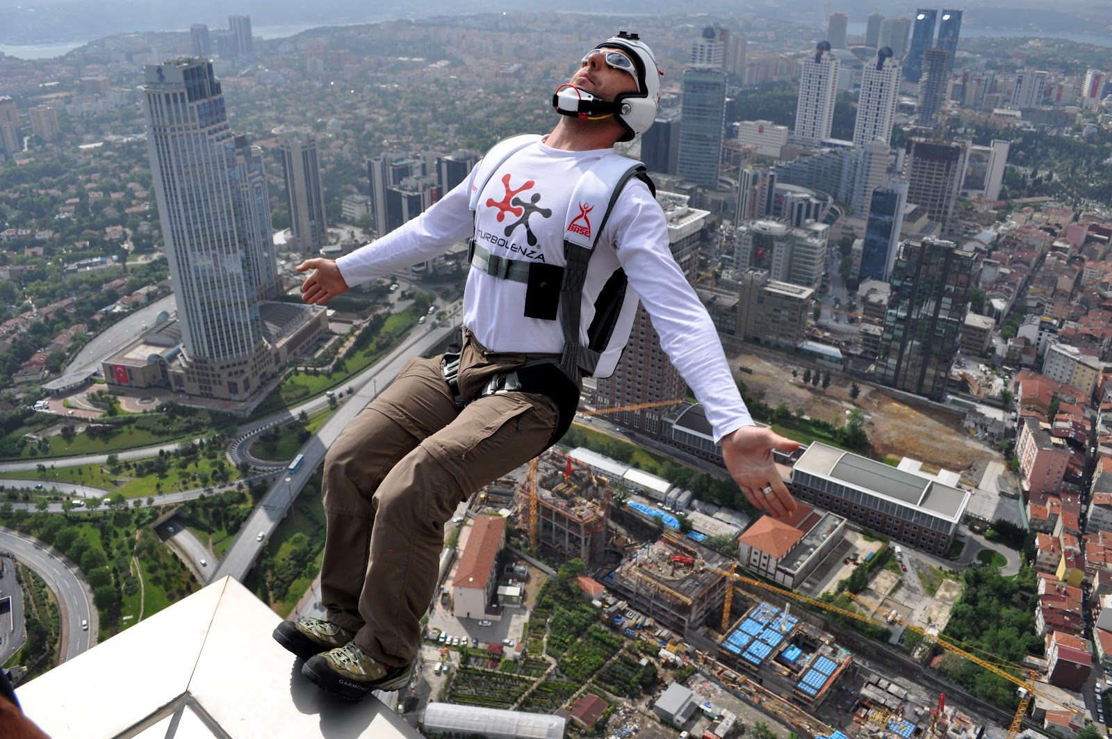 File:BASE Jumping from Sapphire Tower in Istanbul.jpg - Wikimedia ...