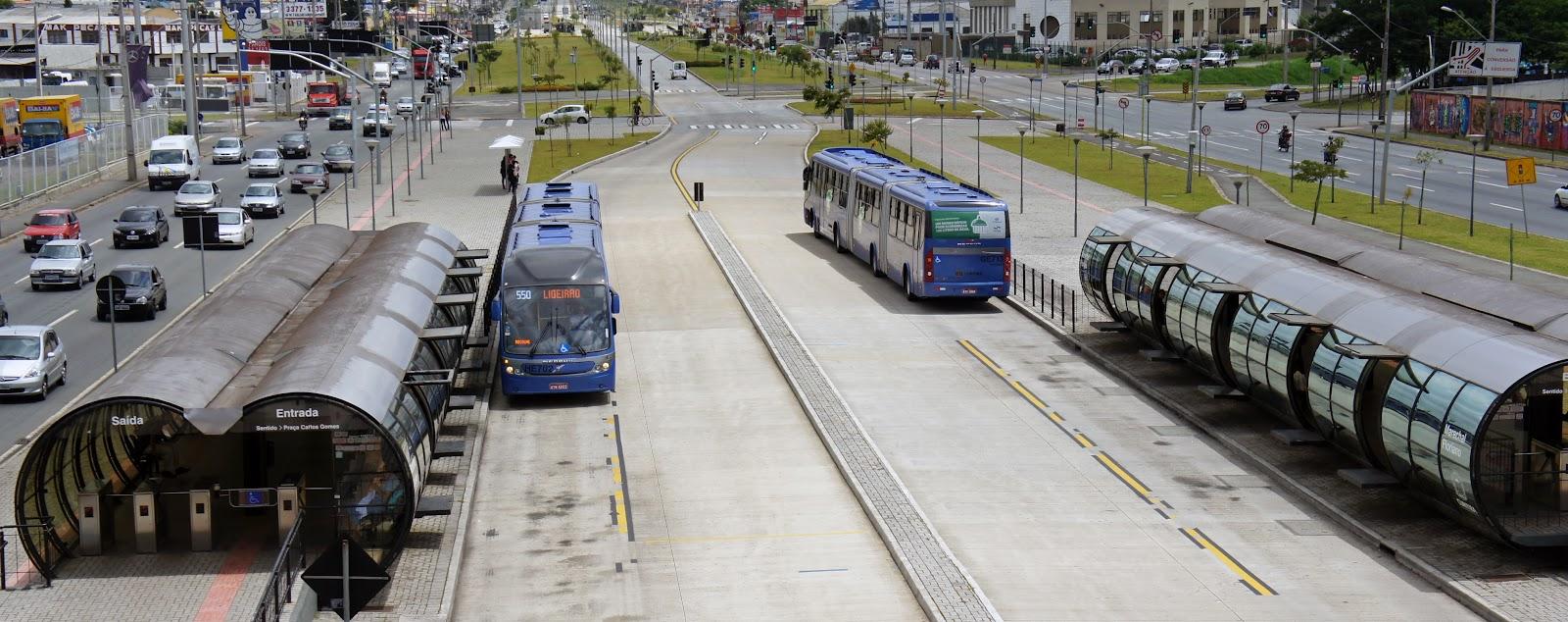 Curitiba é uma das poucas cidades brasileiras com BRT padrão ouro. (Fonte: Wikimedia/Reprodução)