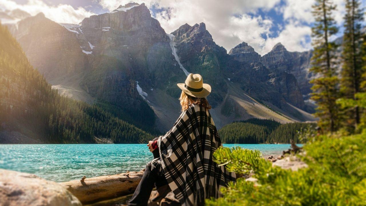 La visualisation au bord d'un lac jonché de montagnes