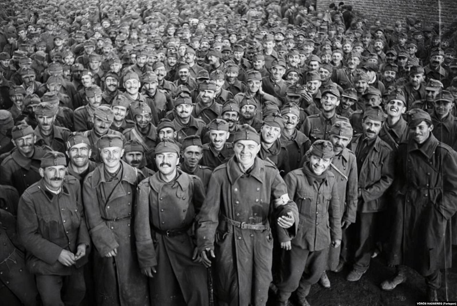 Венгерские военнопленные, захваченные советскими войсками. Во время Второй мировой войны венгерское руководство поддерживало нацистскую Германию, но вело тайные переговоры с западными союзниками без ведома СССР