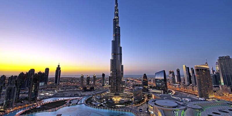 """Còn gì tuyệt vời hơn khi được thu gọn cả Dubai giàu đẹp vào trong tầm mắt khi đứng ở tầng 144 của tòa nhà Burj Khalifa? Đây nhất định là việc làm nên được đưa lên vị trí đầu tiên trong danh sách """"Những điều cần làm khi đến Dubai"""" đấy! (Ảnh: Internet)"""