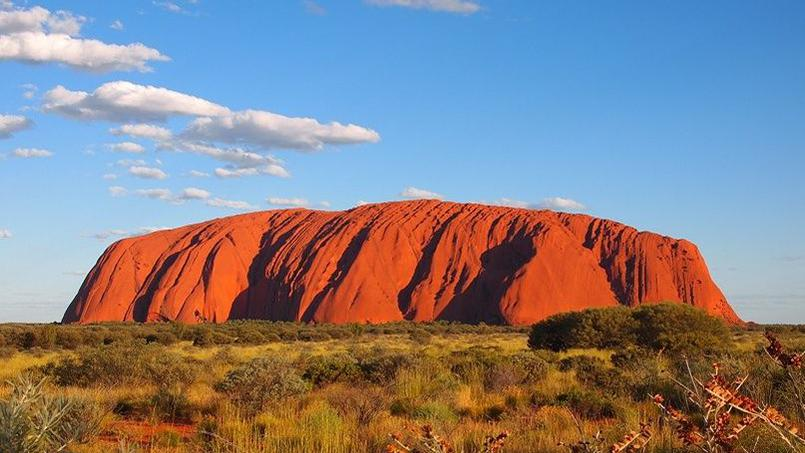 Uluru (Ayers Rock), inselberg emblématique du Territoire du Nord de l'Australie, au cœur du pays. 348 mètres de roche qui domine l'outback australien.