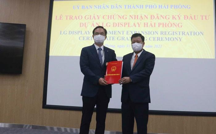 Đại diện BQL khu kinh tế trao giấy chứng nhận đăng ký đầu tư cho tập đoàn LG.