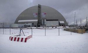 Uma visão do novo abrigo instalado sobre o reator explodido no plano nuclear de Chernobyl.