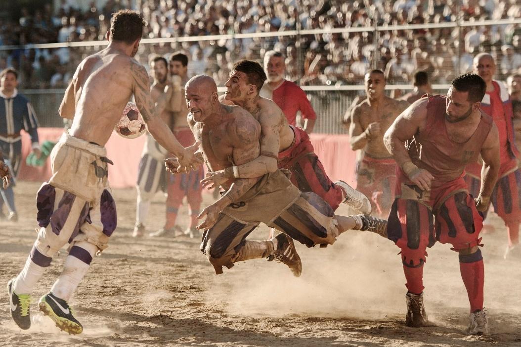 Un grupo de personas jugando partido de futbol  Descripción generada automáticamente con confianza baja