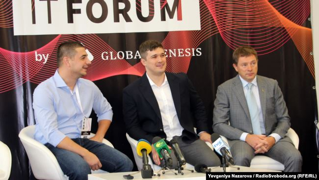 Михайло Федоров (посередині) разом із організаторами та учасниками ІТ-форуму у Запоріжжі, презентація бренду цифрової держави, Запоріжжя, 27 вересня 2019 року